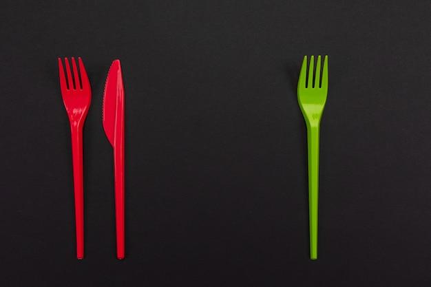 Ensemble de fourchettes vibrantes et couteau isolé sur fond noir