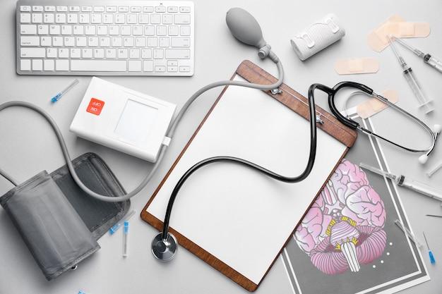 Ensemble de fournitures médicales avec clavier d'ordinateur sur fond clair