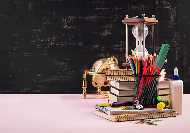 Ensemble de fournitures scolaires colorées, livres et cahiers. accessoires de papeterie.