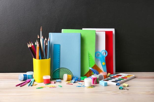 Ensemble de fournitures scolaires sur table en classe