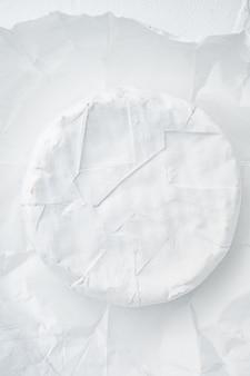 Ensemble de fromage camembert français, sur fond blanc, vue de dessus