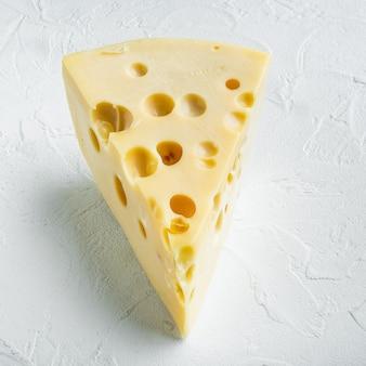 Ensemble de fromage maasdam, sur blanc