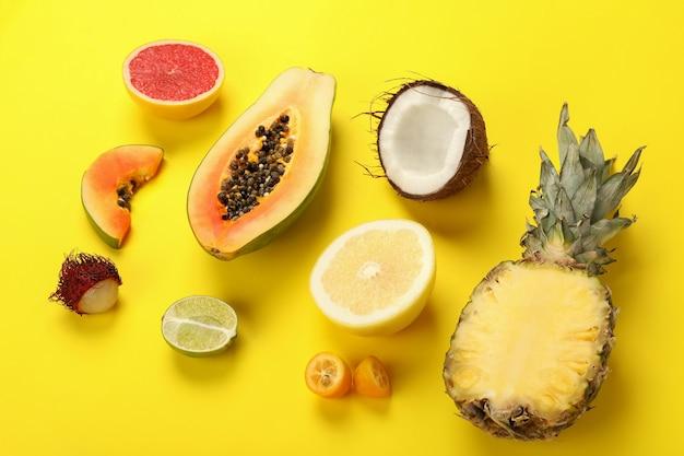 Ensemble de fruits exotiques sur fond jaune.