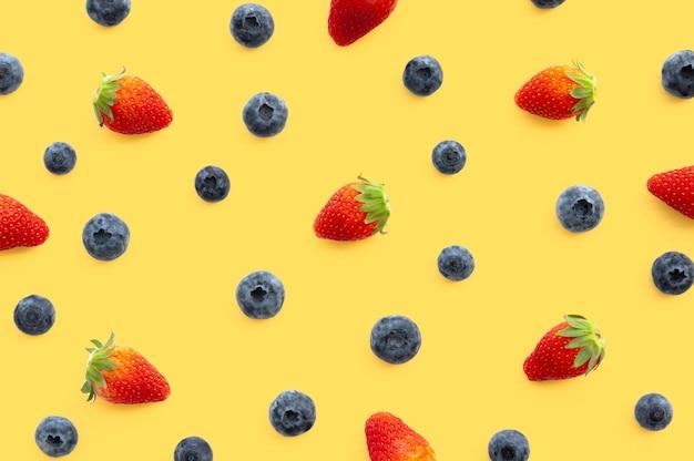 Ensemble de fruits fraises et bleuets.