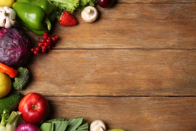 Ensemble de fruits et légumes frais sur fond en bois