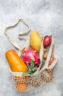 Ensemble de fruits tropicaux exotiques sur fond gris clair