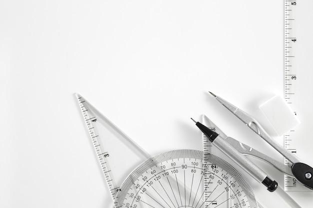 Ensemble de géométrie avec boussole, règle et rapporteur
