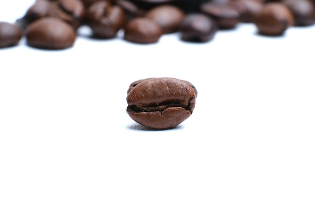 Ensemble de grains de café torréfiés frais isolé sur fond blanc