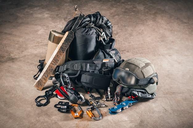 Ensemble de grimpeur militaire. montures pour prendre d'assaut des bâtiments et sauver des otages. concept swat.