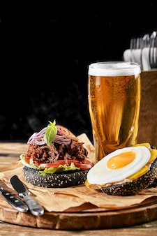 Ensemble de hamburger avec oeuf et bière