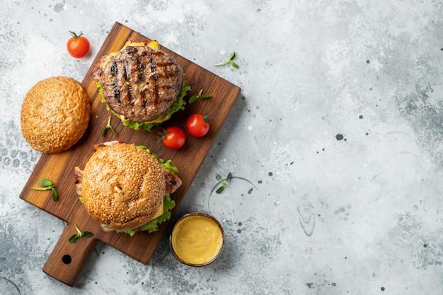 Un ensemble de hamburgers délicieux faits maison.