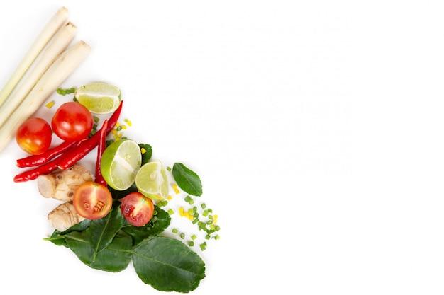 Ensemble d'herbes fraîches et d'ingrédients pour tom yum