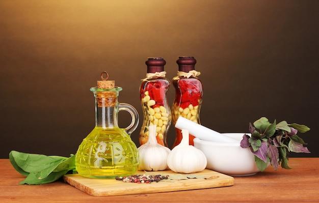 Ensemble d'ingrédients et d'épices pour cuisiner sur table en bois