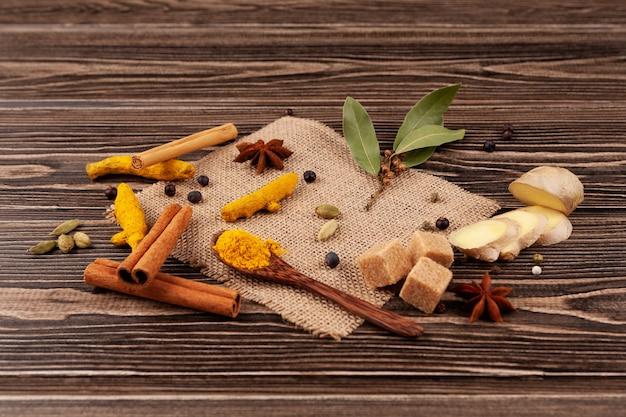 Ensemble d'ingrédients pour les boissons indiennes populaires karak chai masala tea adrak