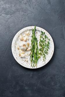 Ensemble d'ingrédients pour la cuisson: romarin, thym.