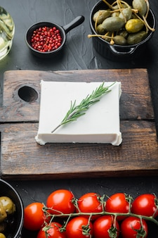 Ensemble d'ingrédients de salade grecque, sur fond noir