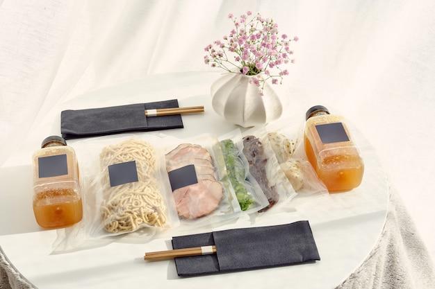 Ensemble d'ingrédients de soupe ramen dans des sacs sous vide