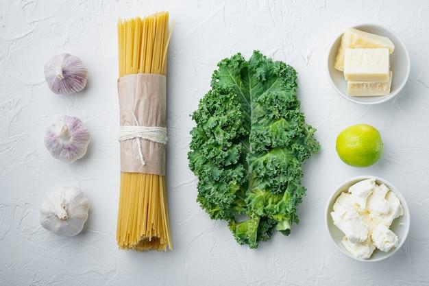 Ensemble d'ingrédients spaghetti vert, sur blanc, vue de dessus à plat