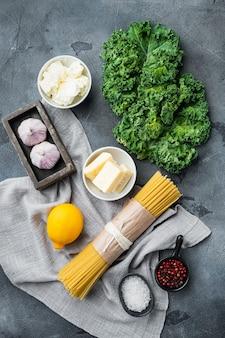 Ensemble d'ingrédients spaghetti vert, sur fond gris