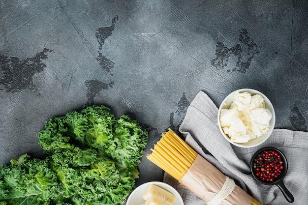 Ensemble d'ingrédients spaghetti vert, sur gris, vue de dessus à plat