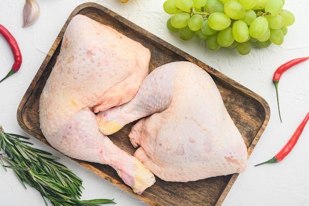 Ensemble d'ingrédients surprise de poulet sucré, sur table blanche, vue de dessus à plat