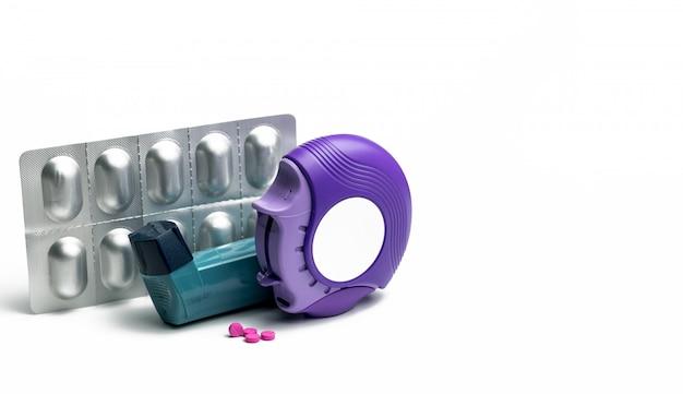 Ensemble d'inhalateur pour l'asthme, d'accuhaler et de pilules anti-allergiques pour le traitement de l'asthme.
