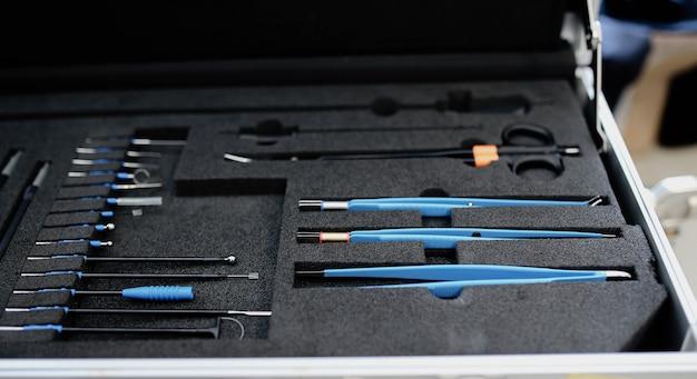 Ensemble d'instruments chirurgicaux modernes médicaux professionnels