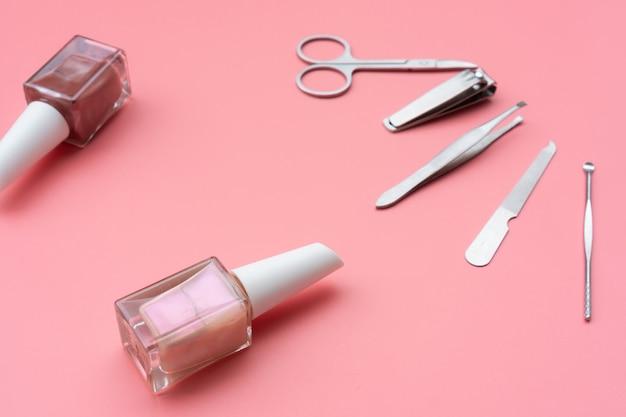 Ensemble d'instruments et d'outils de manucure avec du vernis à ongles, close up
