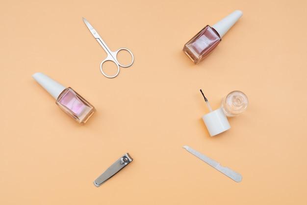 Ensemble d'instruments et d'outils de manucure avec du vernis à ongles