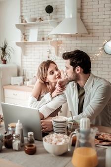 Ensemble. jeune jolie femme avec de grandes boucles d'oreilles regardant son mari tout en discutant d'un film