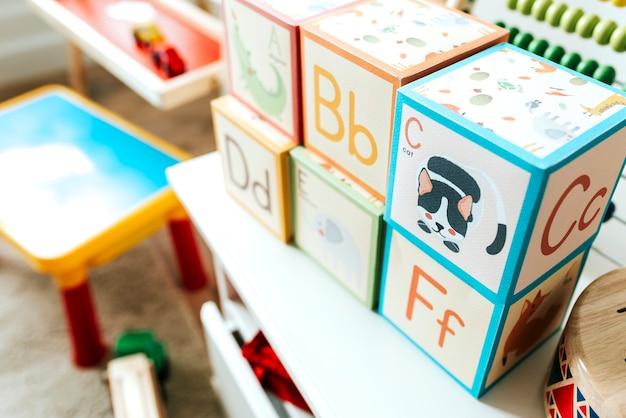 Ensemble de jouets pour enfants sur une étagère blanche