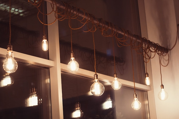 Ensemble de lampes rétro dans un café