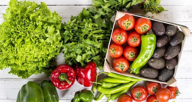 Ensemble de légumes crus salades poivrons avocats et tomates