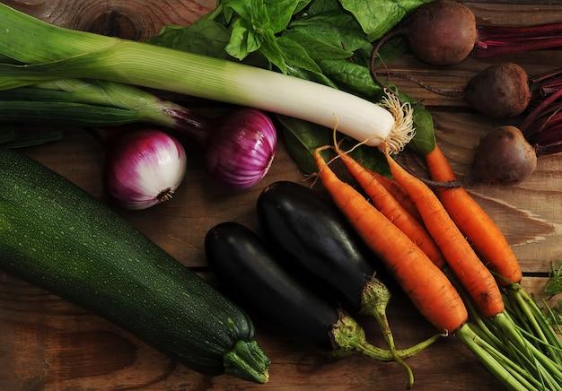 Ensemble de légumes avec poireaux, oignons, courgettes, aubergines, carottes et betteraves
