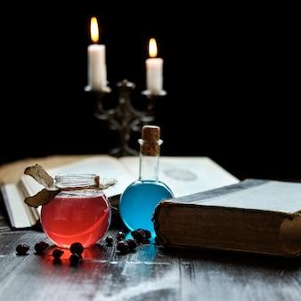 Ensemble de livre de sorcellerie, potions magiques et bougies sur table