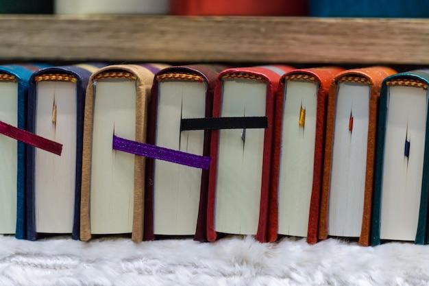 Un ensemble de livres miniatures à l'exposition du livre