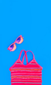 Ensemble lumineux pour une fille pour des vacances à la plage dans des couleurs tendance sur bleu
