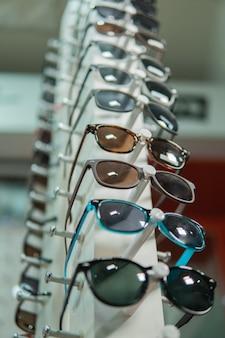 Un ensemble de lunettes sur une étagère à lunettes spéciale dans une clinique ophtalmologique