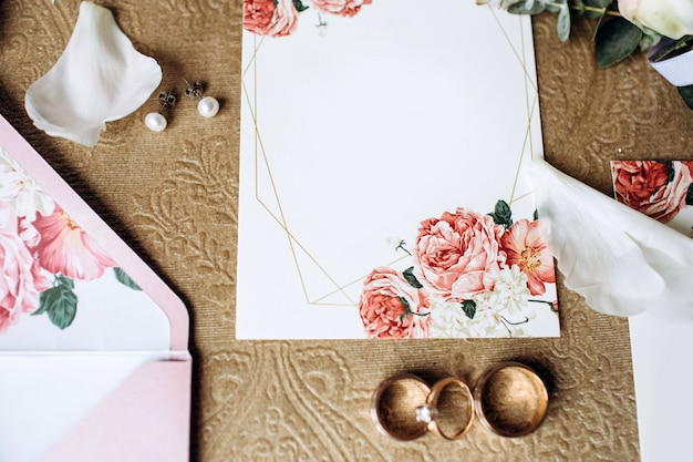Ensemble de luxe d'invitations de mariage, bagues de mariage, accessoires élégants de la mariée