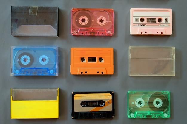 Ensemble de magnétophone à cassettes vintage, plat poser, vue de dessus. technologie rétro