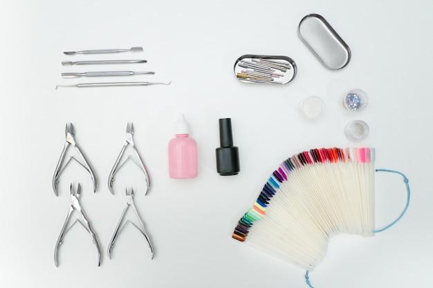 Ensemble de manicure. outils, lime à ongles, palette, produits de soin