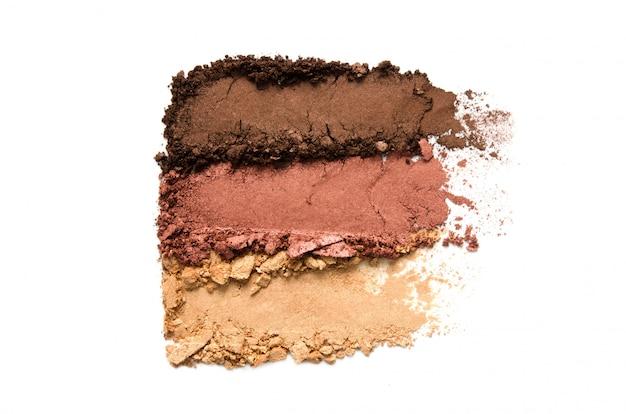 Ensemble de maquillage de fard à paupières écrasé isolé. le concept de l'industrie de la mode et de la beauté.