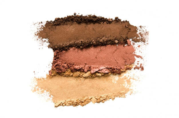 Ensemble de maquillage fard à paupières écrasé isolé. le concept de l'industrie de la mode et de la beauté.