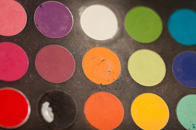 Ensemble de maquillage. palette professionnelle de fards à paupières multicolores