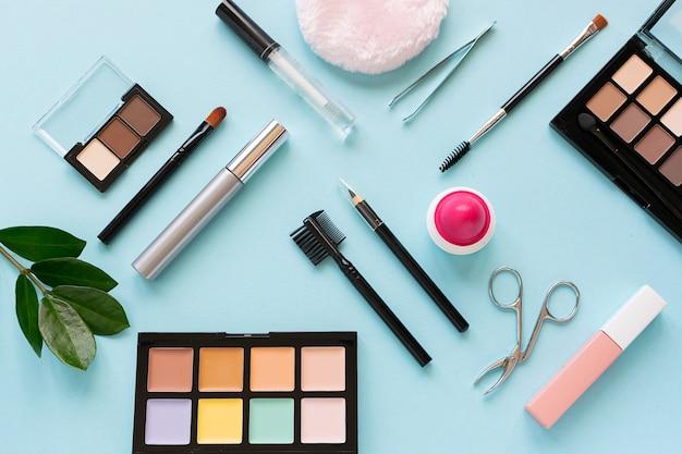 Ensemble de maquillage professionnel sur bleu clair