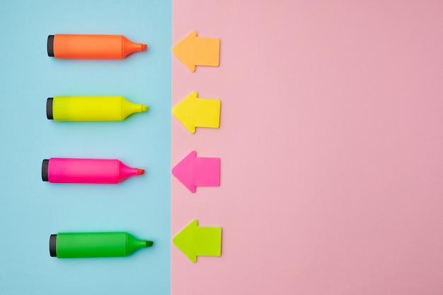 Ensemble de marqueurs permanents colorés ouverts et flèches magnétiques. fournitures de bureau, accessoires scolaires ou éducatifs, outils d'écriture et de dessin