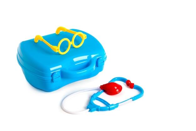 Ensemble de matériel médical jouet. valise médicale. un jouet éducatif pour les enfants sur une surface blanche.