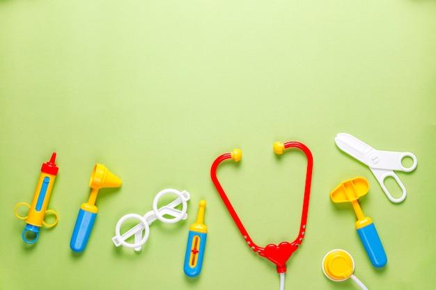 Ensemble de matériel médical jouet.