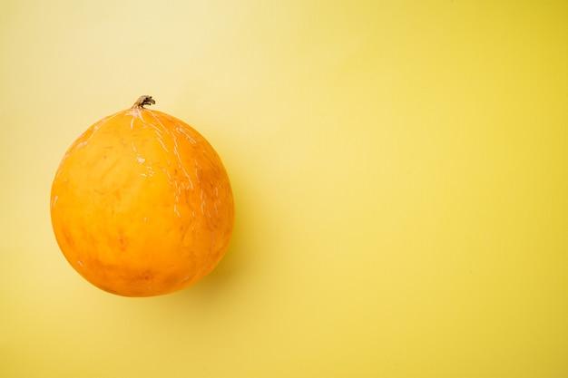 Ensemble de melon musqué mûr, sur fond d'été texturé jaune, avec espace de copie pour le texte
