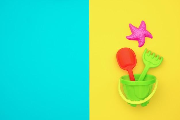 Ensemble multicolore de jouets pour enfants pour jeux d'été dans un bac à sable ou sur une plage de sable fin